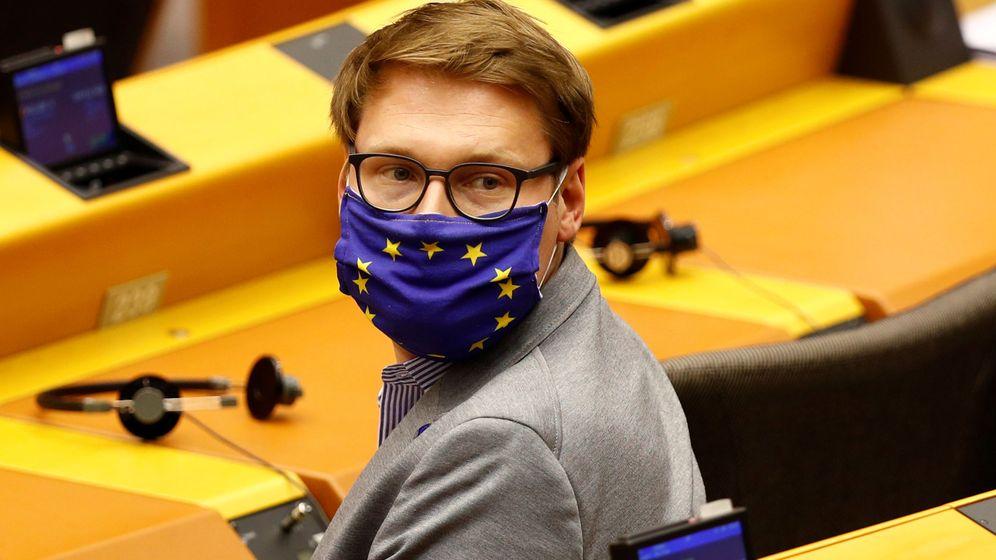 Foto: Un miembro del Parlamento Europeo con una mascarilla de la bandera europea(Reuters)