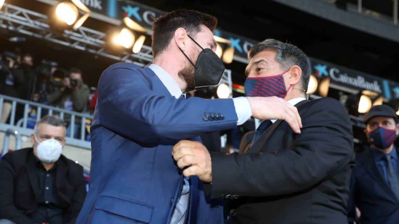 Messi abraza a Laporta en el acto de investidura del presidente. (Efe)