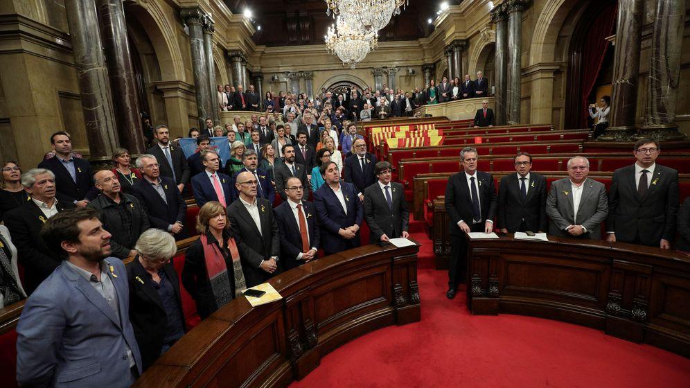Foto: El Gobierno catalán y los diputados independentistas cantan Els Segadors tras la declaración de independencia. (Reuters)
