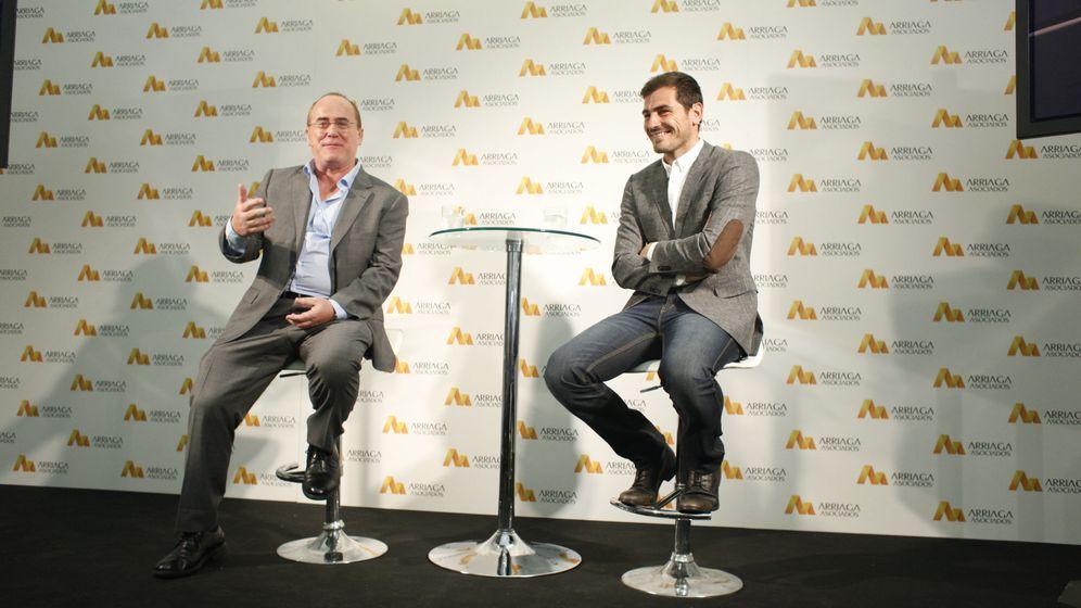 Foto: Jesús María Ruiz de Arriaga, director de Arriaga Asociados, con Iker Casillas. (Gtres)