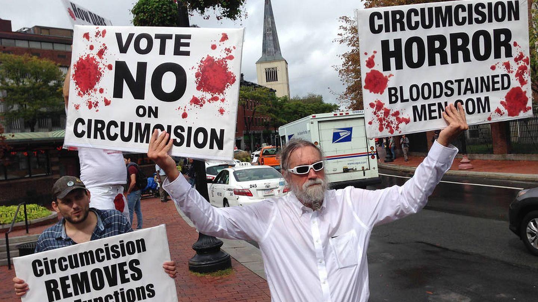 Protesta de Hombres Manchados de Sangre. (Bloodstained Men / Flickr)