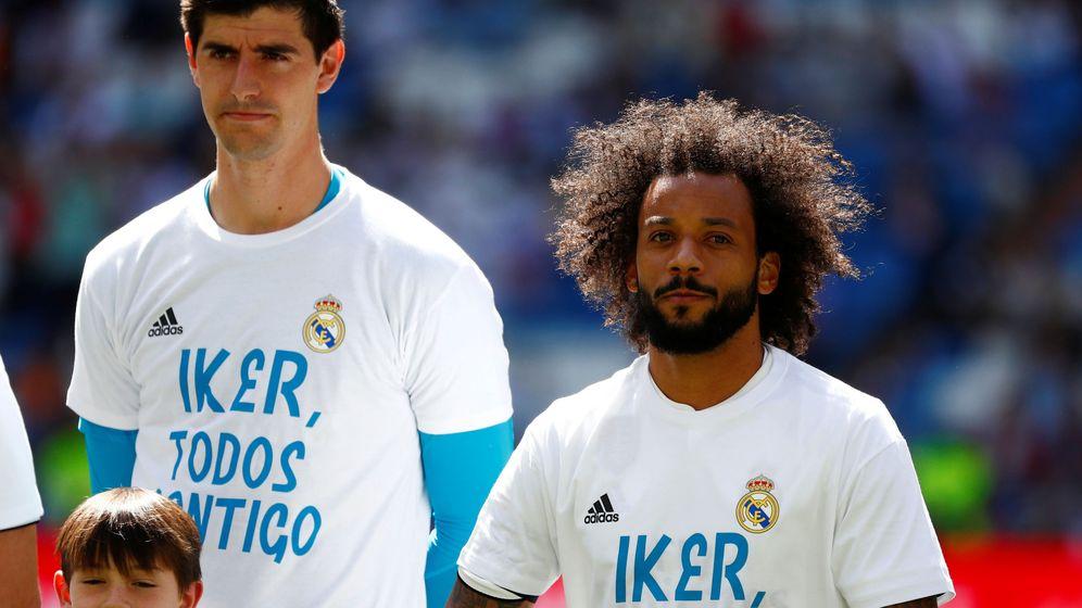 Foto: Courtois y Marcelo con la camiseta de apoyo a Casillas antes de empezar el partido contra el Villarreal. (Reuters)