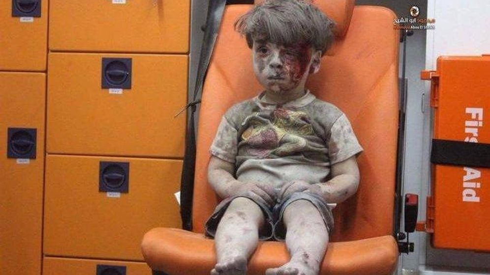 Foto: Omran Daqneesh, de cinco años, superviviente de un bombardeo el miércoles por la noche. (Aleppo Media Centre)
