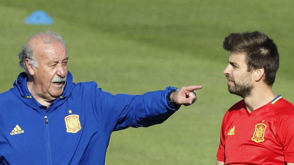 Foto: Vicente del Bosque, junto a Piqué, durante un entrenamiento de la Selección. (EFE)