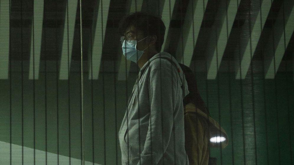 Foto: Un hombre con una mascarilla por los casos de coronavirus. (Reuters)