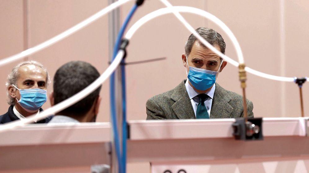 Foto: Felipe VI, con mascarilla y guantes como medida de prevención, en Ifema. (EFE)