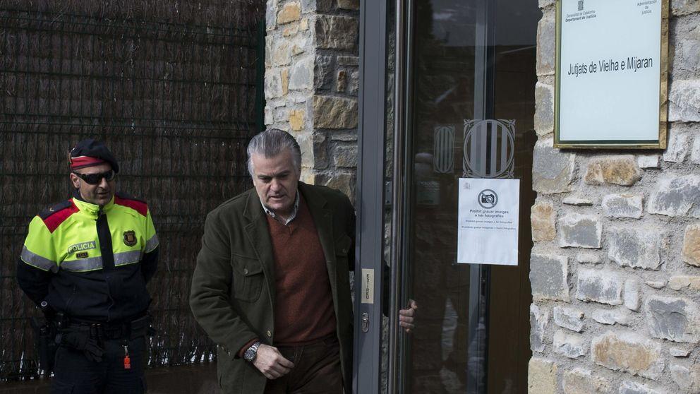 Luis Bárcenas firma en el juzgado de Vielha en su permiso de vacaciones