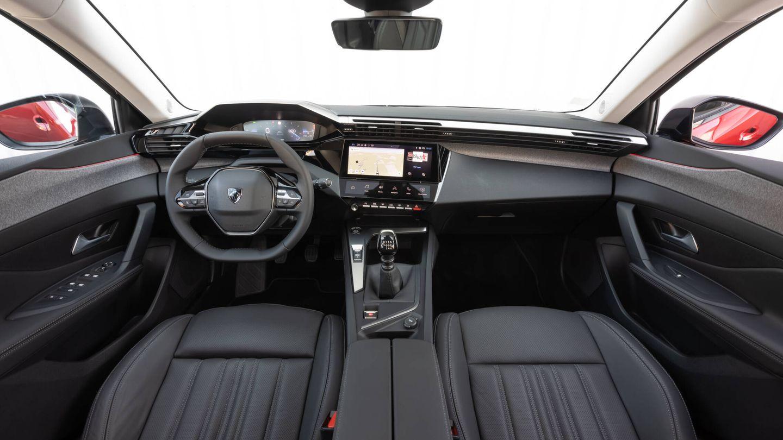 Más refinamiento que en las generaciones anteriores por tecnología y materiales. El volante es pequeño y su aro está achatado por arriba y por abajo.