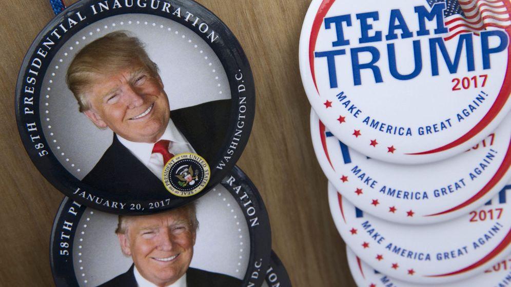 Foto: Comerciantes preparan la venta de chapas con la imagen del presidente electo Donald Trump. (EFE)