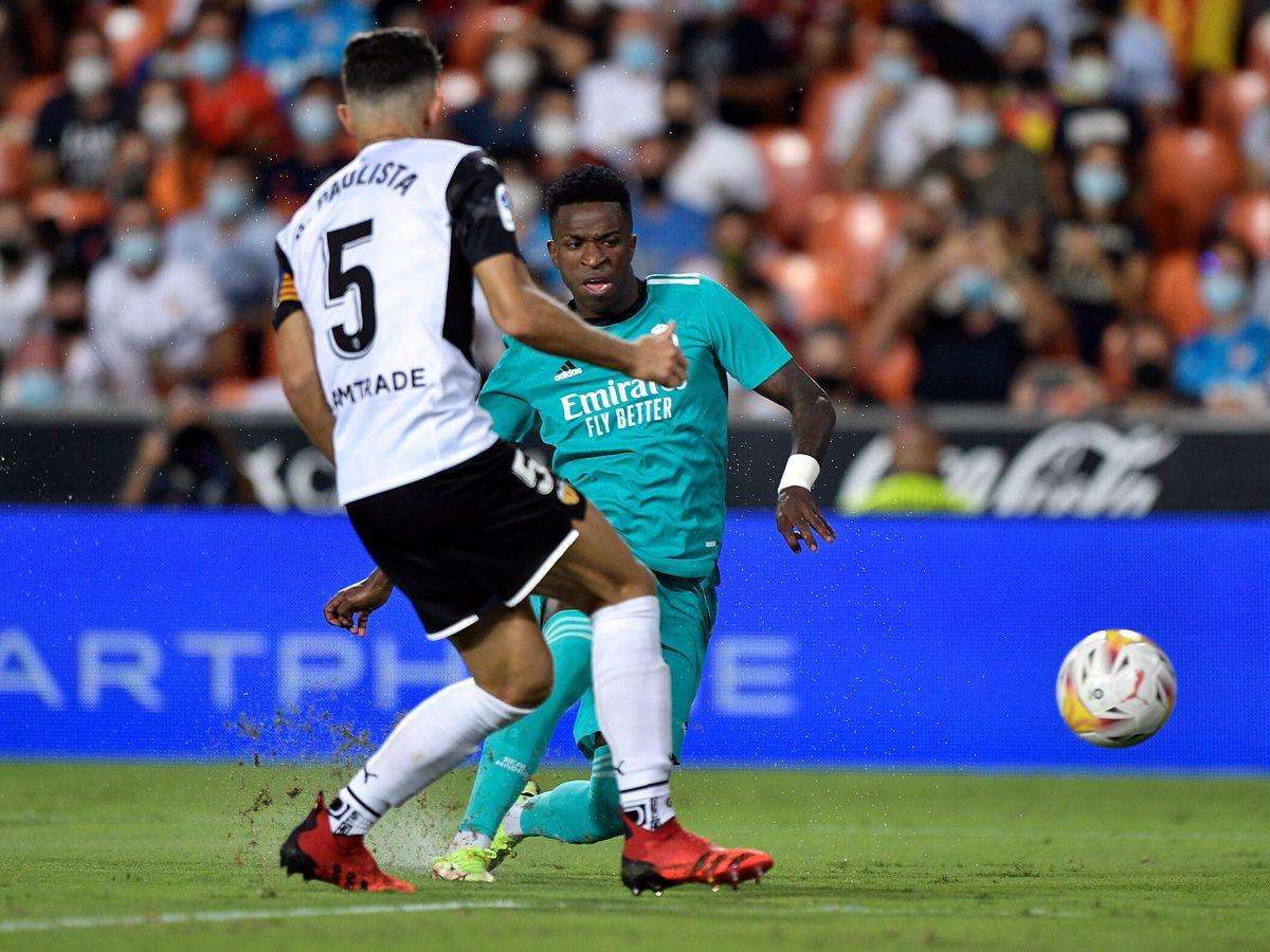 Foto: Vinícius marca el tanto del empate frente al Valencia. (Reuters)