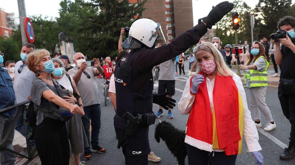 Foto: Un policía trata de evitar aglomeraciones en una cacerolada celebrada el pasado 19 de mayo en Madrid. (EFE)