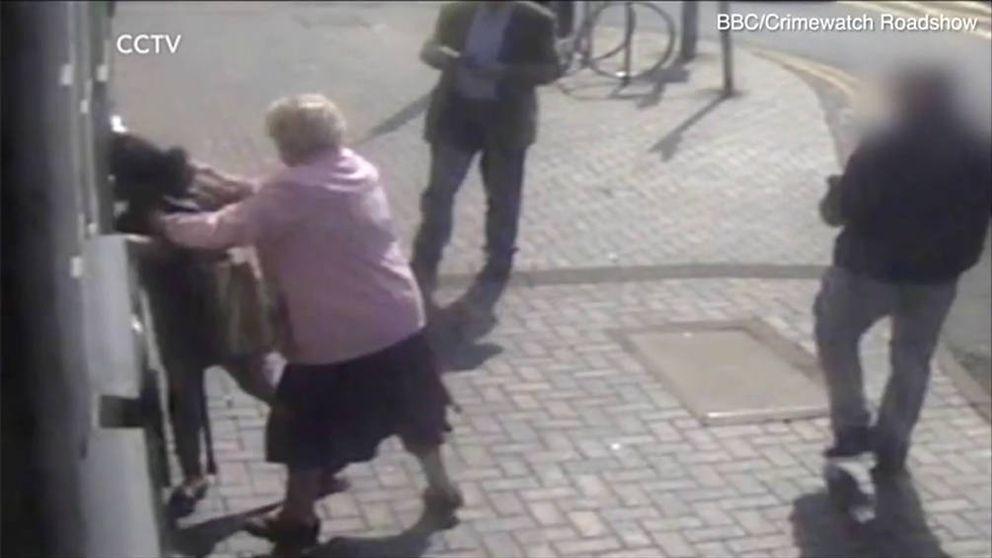 Una anciana se resiste a ser robada en un cajero: Tú no te llevas mi dinero