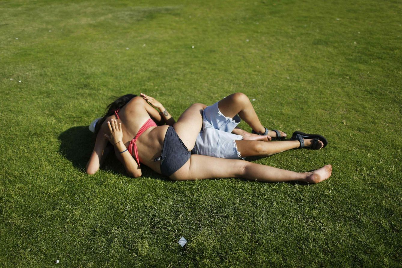 Foto: Dos mujeres se besan durante el Gay Parade de Tel Aviv, Israel. (Reuters)