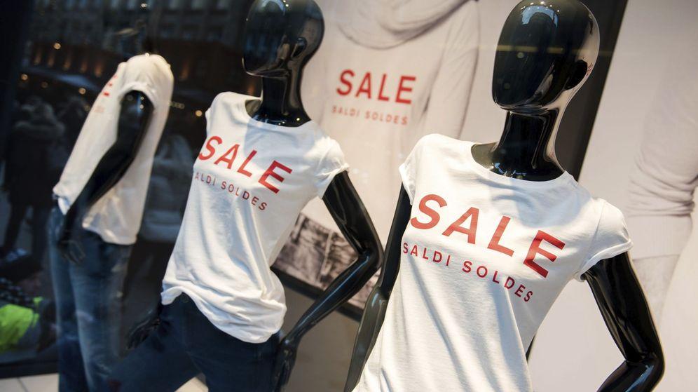 Foto: Maniquíes con camisetas anuncian las rebajas en una tienda. (EFE)
