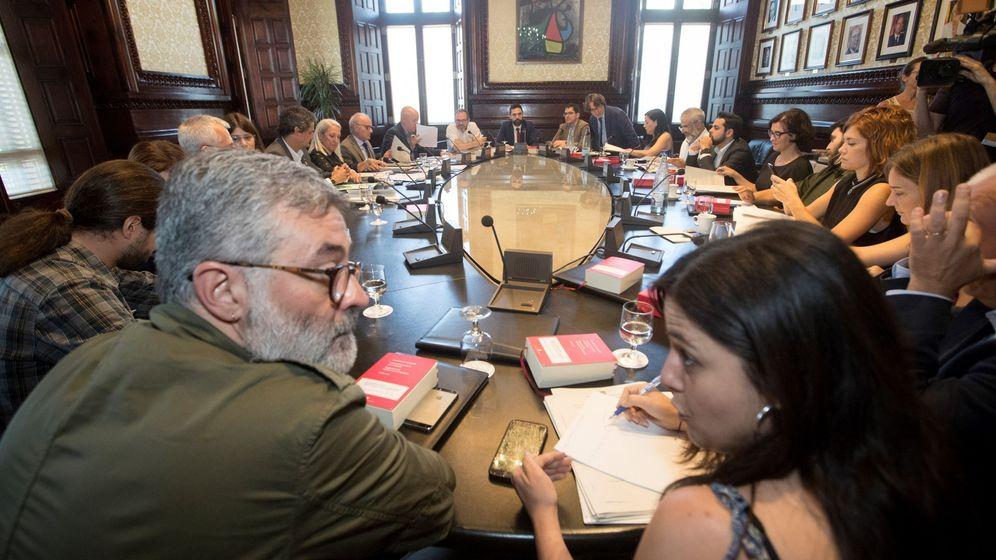 Foto: Imagen de archivo del presidente de la cámara catalana, Roger Torrent (c) durante la reunión de la Mesa del Parlament. (EFE)