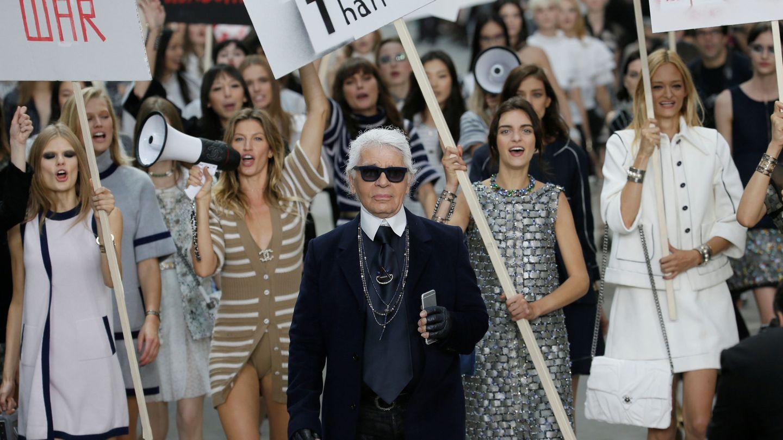 Karl Lagerfel, al final de uno de sus revolucionarios desfiles. (Reuters)