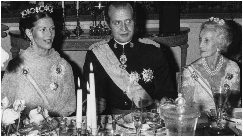 La reina Silvia de Suecia, junto al rey Juan Carlos I y la princesa Lilian. (Getty)