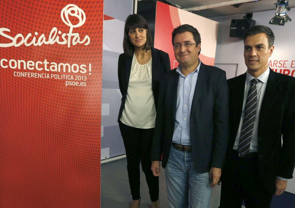 Foto: Pedro Sánchez (dcha.), junto a Óscar López (centro) y María González, con quien coordinó la conferencia política de noviembre. (EFE)