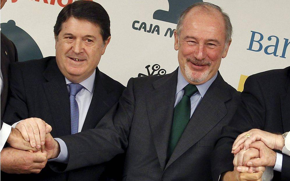 Foto: Los presidentes de Caja Madrid, Rodrigo Rato, y de Bancaja, José Luis Olivas, durante la fusión de Bankia. (EFE)