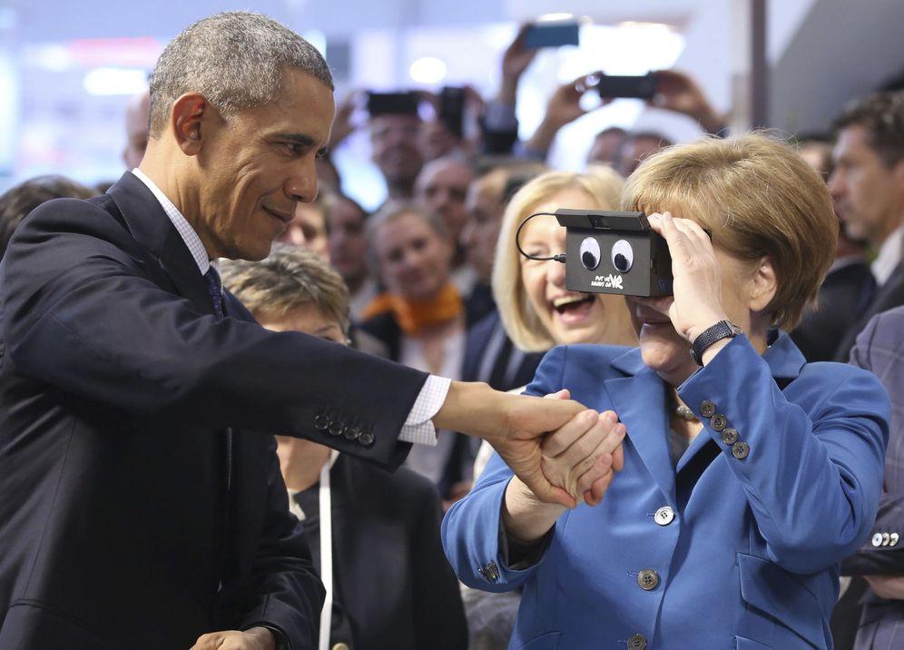 Foto: La canciller Angela Merkel utiliza unas gafas de realidad virtual junto al presidente de Estados Unidos, Barack Obama, en Hannover, el 25 de abril de 2016 (EFE)