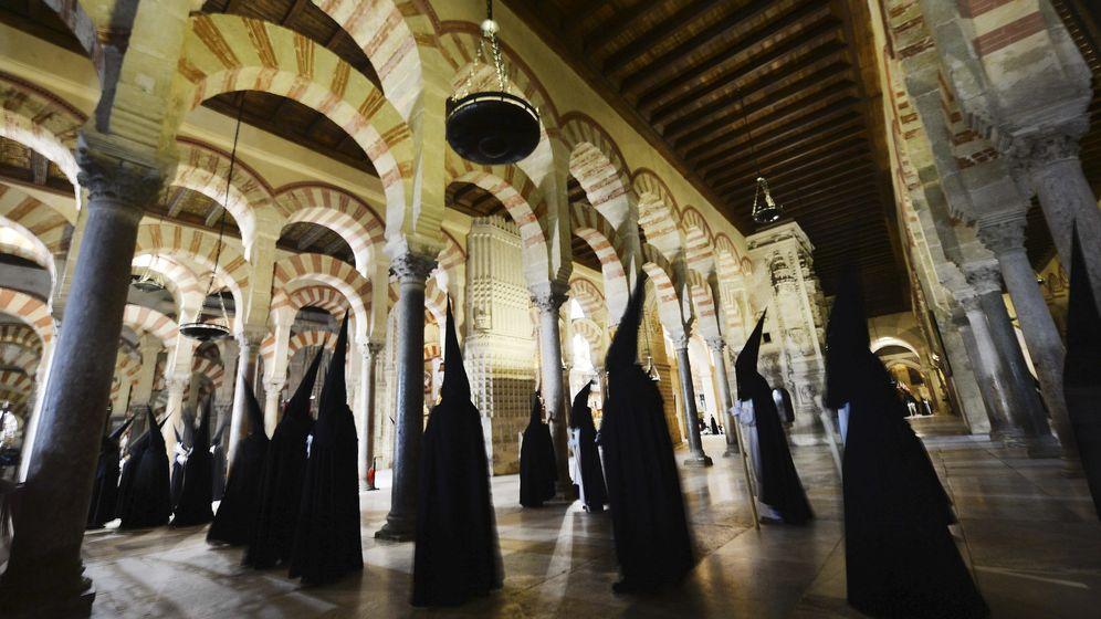 Foto: La Mezquita de Córdoba durante la procesión de la Hermandad y Cofradía del Santísimo Cristo del Amor. (Efe)