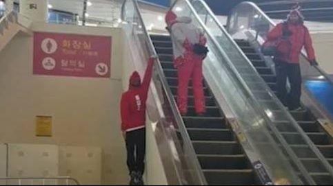 Con una mano y sin tocar el suelo: así sube las escaleras mecánicas un esquiador olímpico