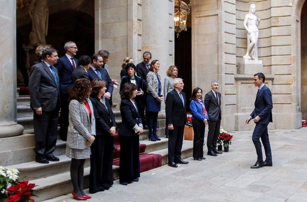 Foto: Pedro Sánchez llega a la foto de familia para el Consejo de Ministros en Barcelona, este 21 de diciembre en la Llotja de Mar. (EFE)