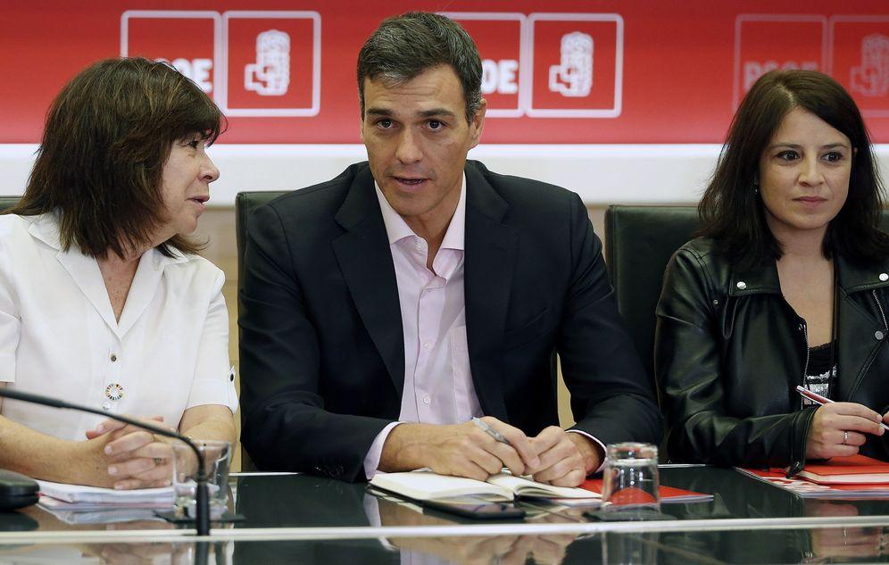 Foto: Pedro Sánchez, flanqueado por la presidenta y la vicesecretaria general del PSOE, Cristina Narbona y Adriana Lastra, el pasado 2 de octubre. (EFE)