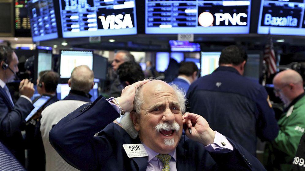 Foto: Agentes de cambio y bolsa trabajan en el parqué de Nueva York ayer. (EFE)