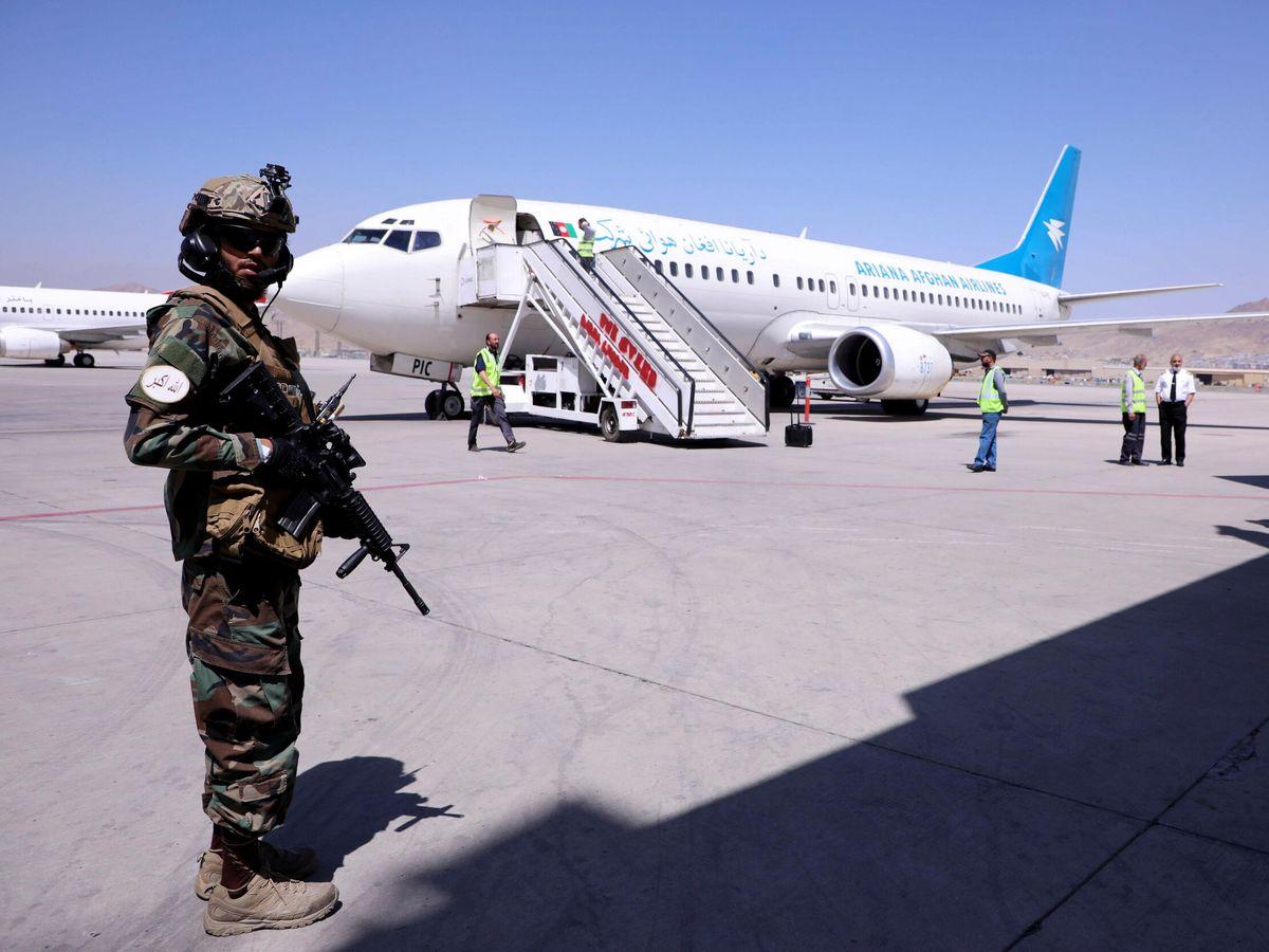 Foto: Un miembro de los talibanes junto a un vuelo comercial en el aeropuerto Hamid Karzai de Kabul. (Reuters)