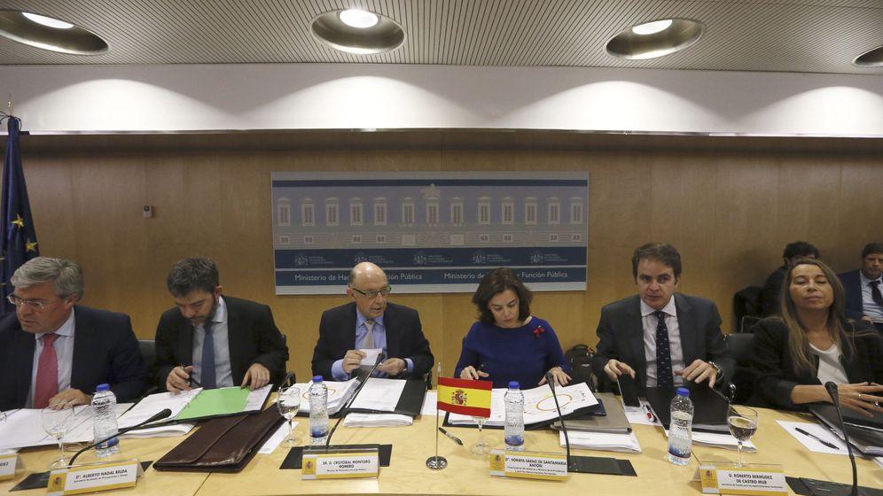 Foto: La vicepresidenta del Gobierno, Soraya Sáenz de Santamaría, y el ministro de Hacienda, Cristóbal Montoro, junto a secretarios de Estado de sus departamentos, al inicio del CPFF. (EFE)