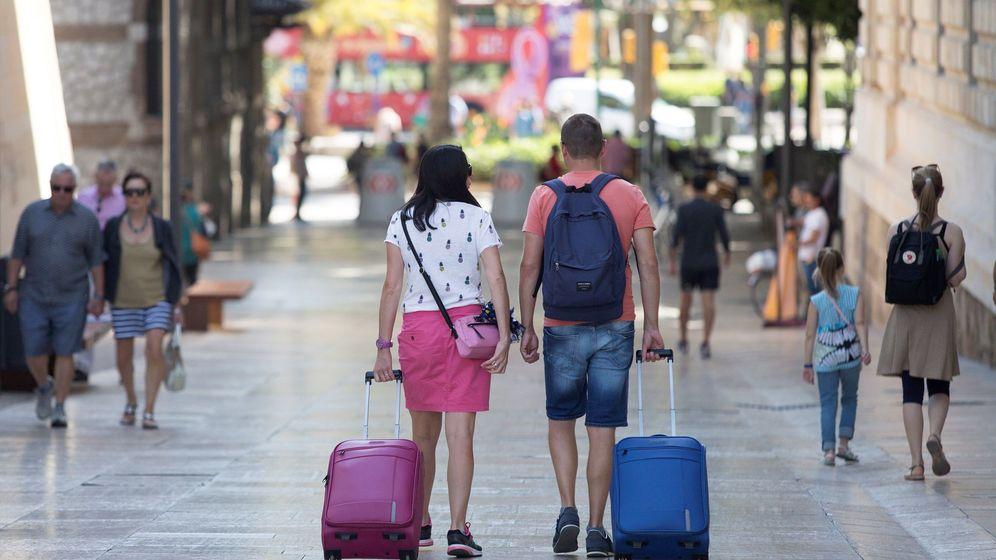 Foto: Una pareja de turistas camina con sus maletas. (Foto: EFE)