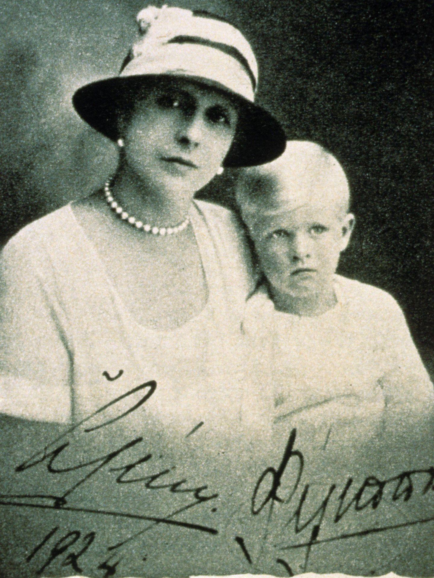 El príncipe, junto a su madre. (CP)