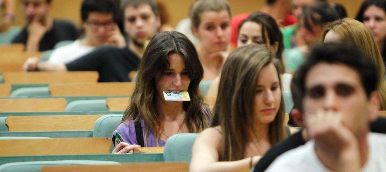 Foto: El 'MIR educativo' implicaría formación remunerada en los propios centros (EFE).