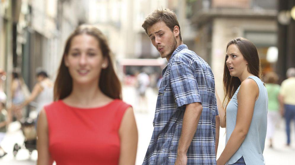 Foto: Si tu chica te pregunta qué estás mirando no le contestes el culo de esa tía. No es una buena idea. (iStock)