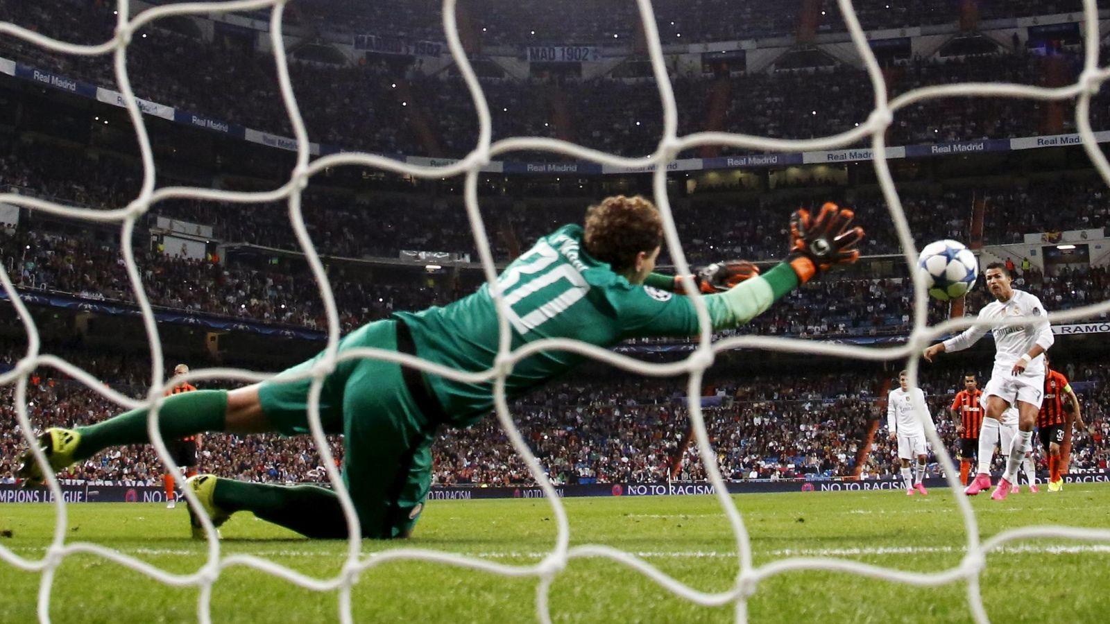 Foto: Cristiano Ronaldo tira a puerta durante un partido de la Champions. (Reuters)
