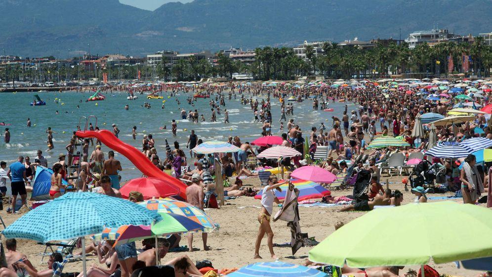 Foto: Vacaciones en una playa de Salou, Tarragona (EFE)