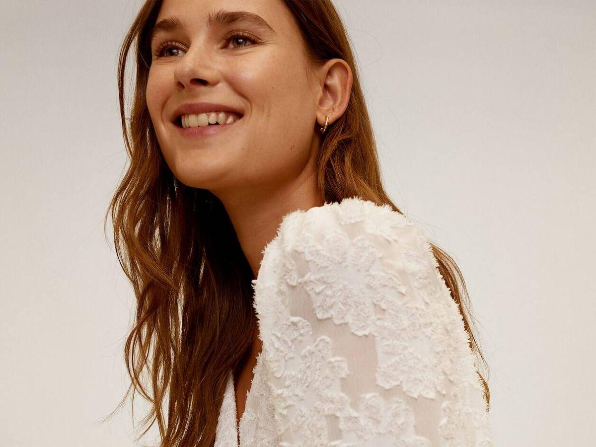 Foto: Blusa blanca con relieves de Mango Outlet. (Cortesía)