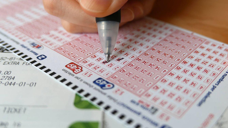 Gana la lotería y asegura que no cambiará sus hábitos: Seguiré dando vueltas y vagueando