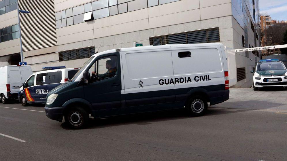 Foto: Un furgón policial traslada a Ana Julia Quezada, la autora confesa de la muerte del niño Gabriel Cruz tras prestar declaración ante el juez. (EFE)