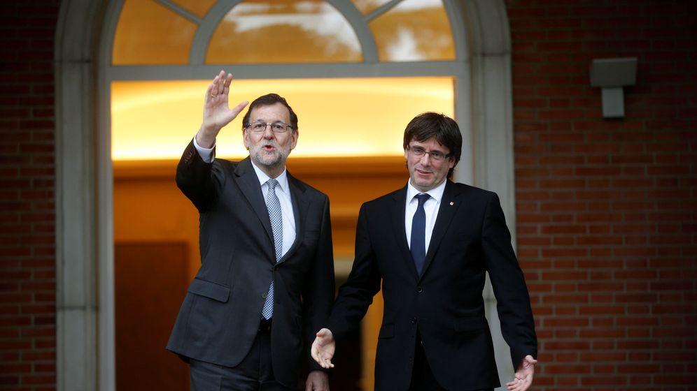 Foto: Imagen de archivo de un encuentro entre Rajoy y Puigdemont en la Moncloa. (Reuters)