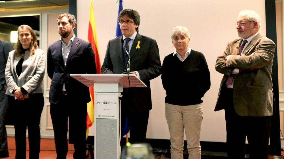 Foto: El expresidente de la Generalitat Carles Puigdemont (c), junto a los exconsellers Antoni Comín (2i), Clara Ponsatí (2d), Lluís Puig (d) y Meritxell Serret, en una comparecencia poco antes de fugarse. (EFE)