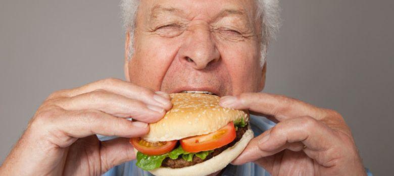 Foto: Si se comienza una comida con alimentos ricos en grasa ingeriremos un tercio más de calorías. (Corbis)