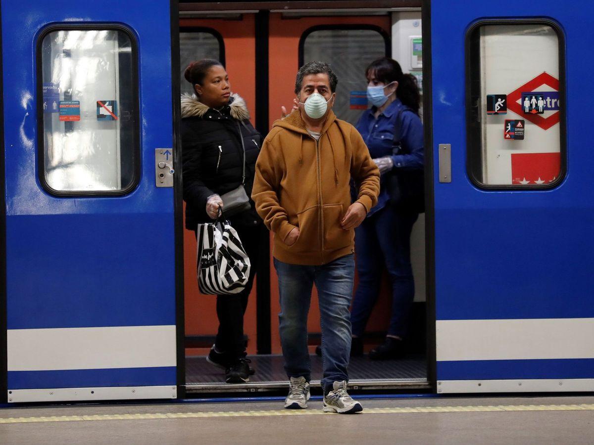 Foto: Gente con mascarillas en el metro de la estación de Atocha este lunes. (EFE)