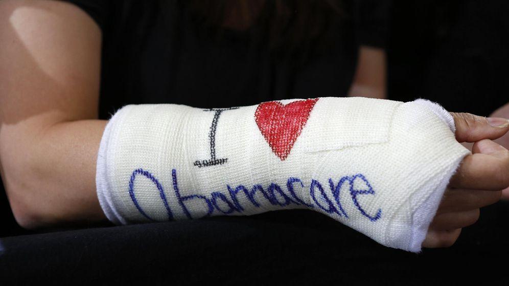 Foto: Una mujer con una escayola, a favor del Obamacare (Reuters)
