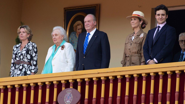 De izquierda a derecha: Simoneta Gómez-Acebo, la infanta Pilar, el rey Juan Carlos, la Infanta Elena y Felipe Marichalar. (EFE)
