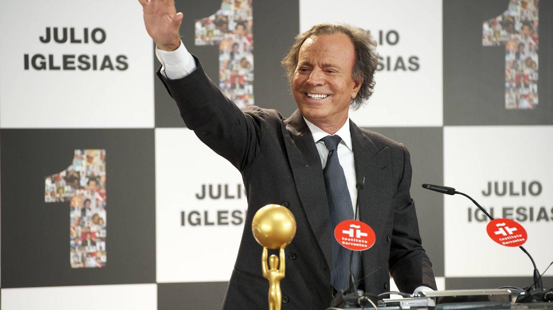 Julio Iglesias, recibiendo un premio en Madrid. (Getty)