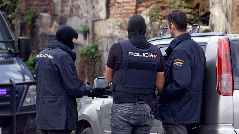 Foto: Operación de la Policía en A Coruña. (EFE)