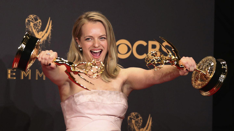 Elizabeth Moss posando con los galardones a mejor actriz y mejor serie en la última edición de los premios. (Reuters)