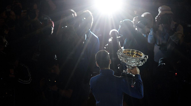 Foto: Djokovic poca con el trofeo de ganador del Open de Australia de 2016 (EFE)